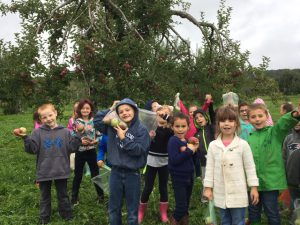 kids showing the apples picked