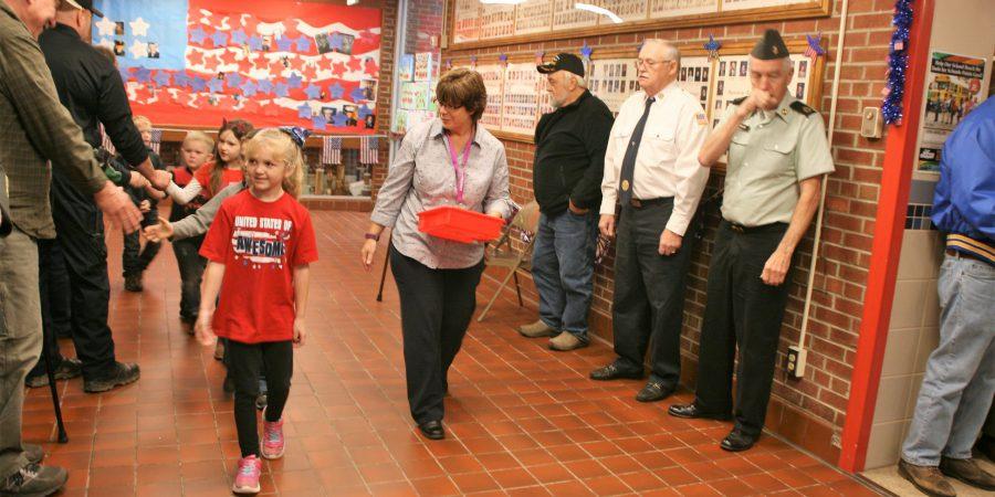 students thanking veterans